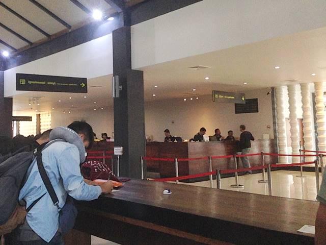 カンボジアの空港でのビザ申請カウンター