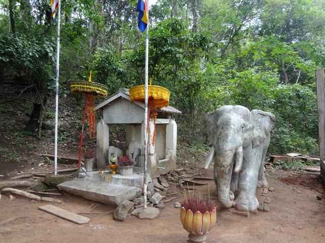プラサット・トムの後ろの白い象のお墓