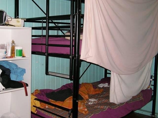 タオルでカーテンのように目隠しした例、ドミトリーのベッド