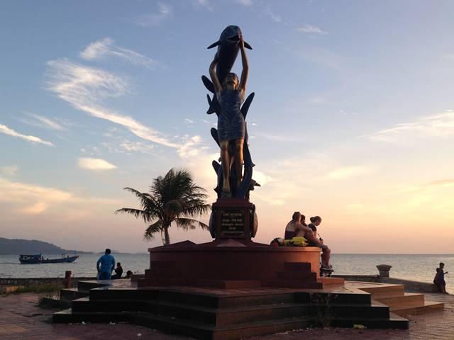 ケップ海岸沿いのイルカを持つ女性の像