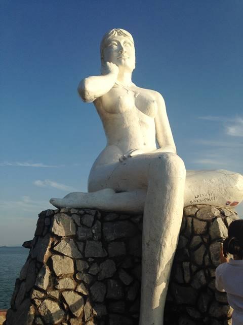 ケップビーチを見守るセクシーな女性の像