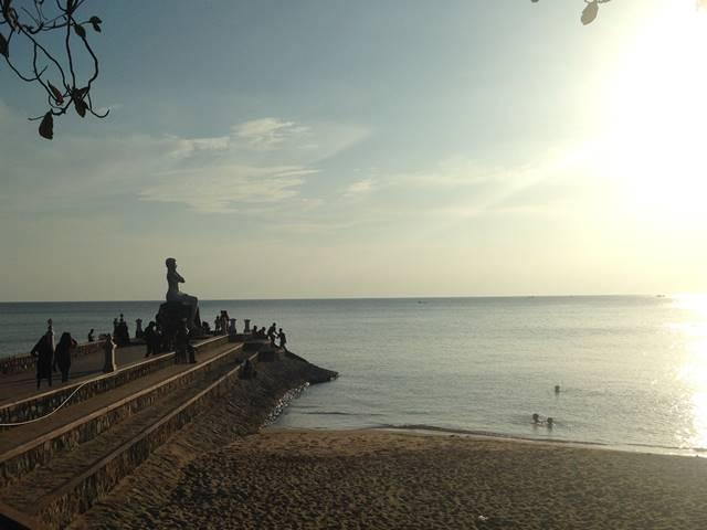 ケップ・ビーチを見守るセクシーな女性の像