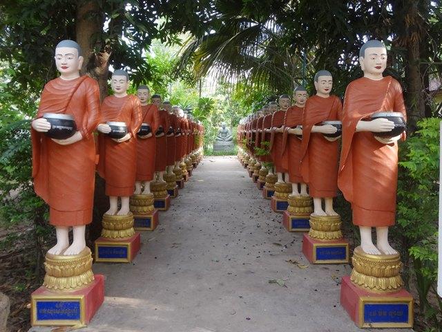 ワット・ボー寺院、ずらりと並ぶオレンジ色の袈裟を着たお坊さんの像