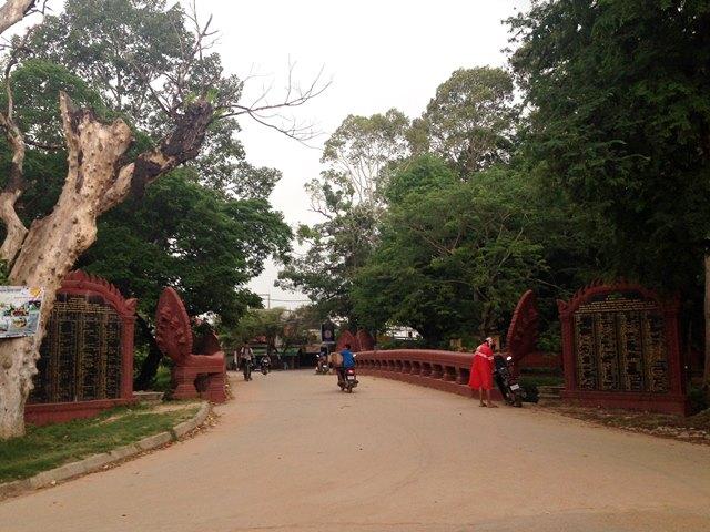 ワット・プレア・アン・コサイ寺院前の赤い橋