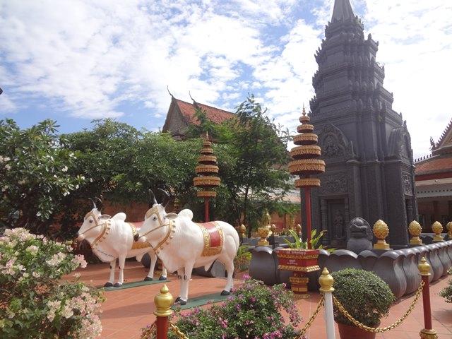 ワット・プレア・プロム・ラット寺院の牛の像