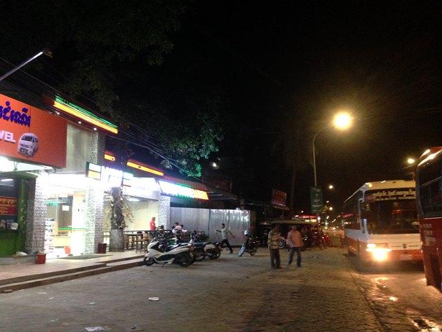 プノンペンに深夜に到着したビラック・ブンタン・バスのオフィス