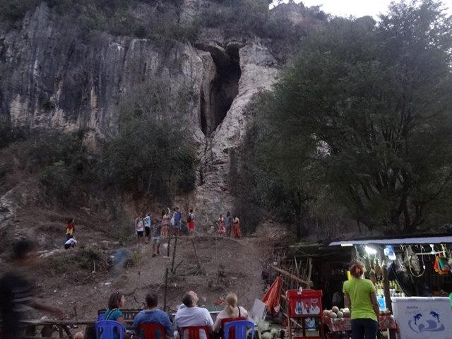 ワット・サンポウのコウモリの大群が飛び出す洞窟