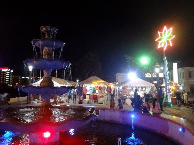 バッタンバンの川沿いのナイトマーケット