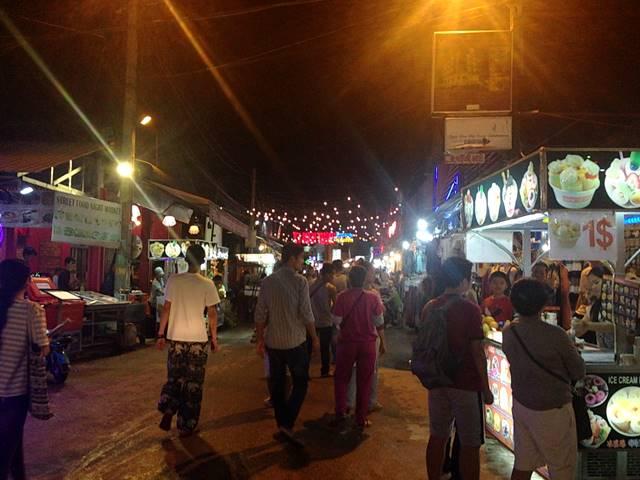 アンコール・ナイトマーケットの前の通り