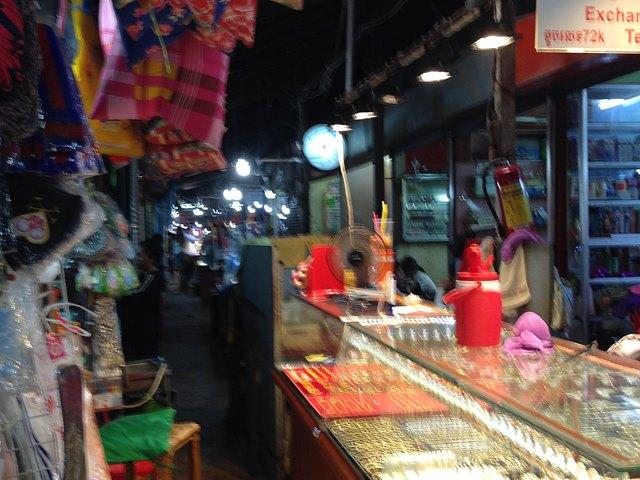 オールドマーケットの細い道に並ぶローカル美容院