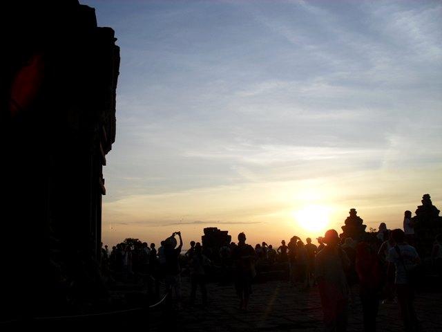 プノンバケン山頂での夕日鑑賞