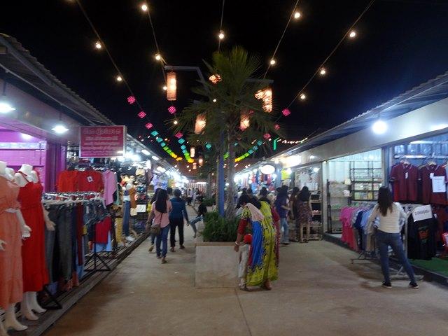 Palm Container Night Marketの服屋など