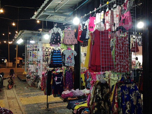 Palm Container Night Marketの服屋