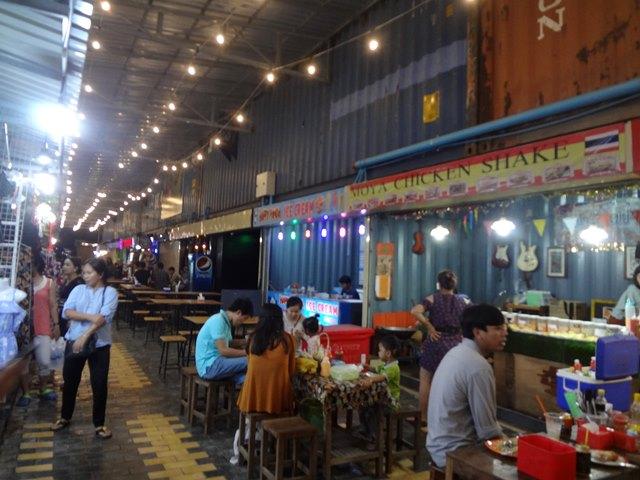 Palm Container Night Marketの軽食コーナー