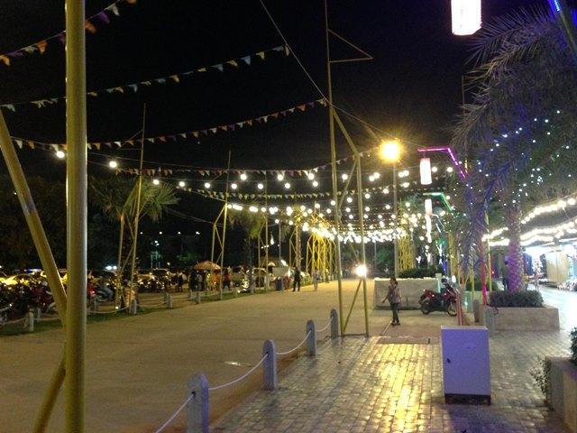 Palm Container Night Marketの大きな駐車場