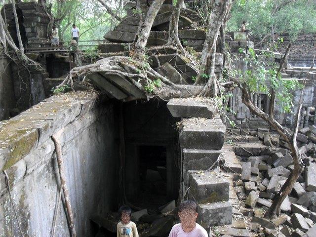 ベンメリアでガイドをしてくれた現地の子供のカンボジア人