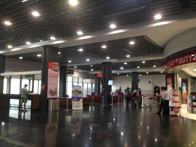 シェムリアップ空港出口手前の税関と免税店