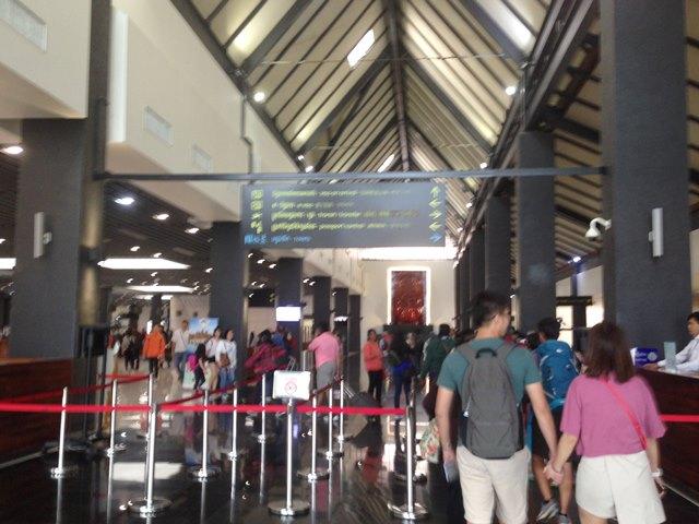 シェムリアップ空港内、左に入国審査、右にビザ申請カウンターがある