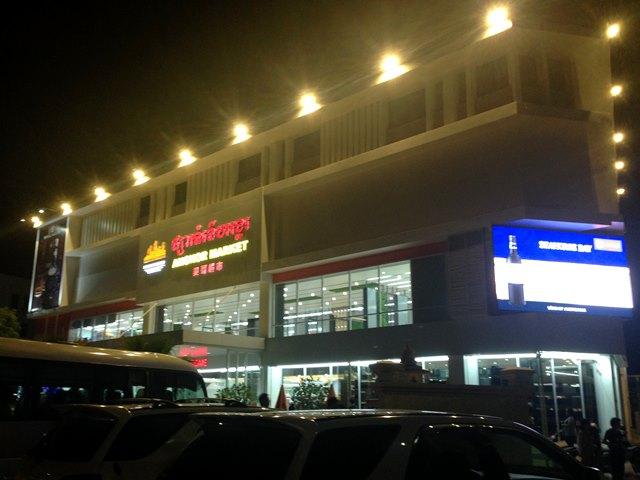 新アンコールマーケットの夜間のライトアップ