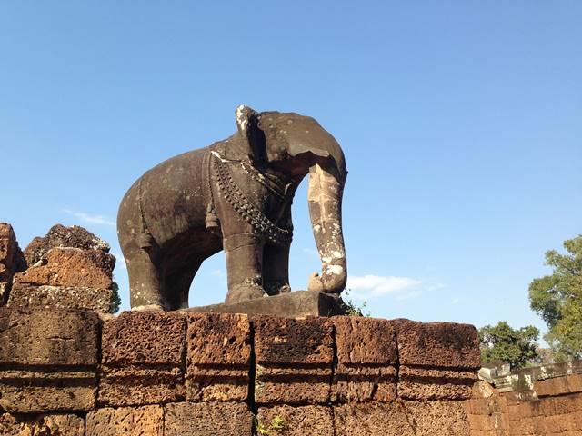 東メボンの四つ角にたつ大きなゾウの像