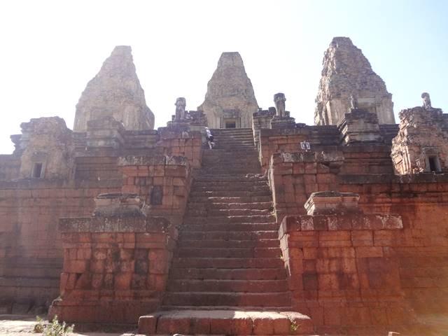 ピラミッド型寺院のプレ・ループをあがる階段