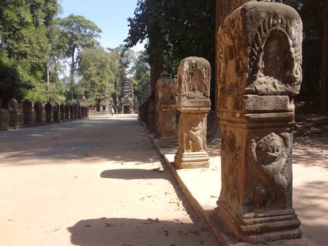 プリアカンの入り口に並ぶガルーダのある石柱