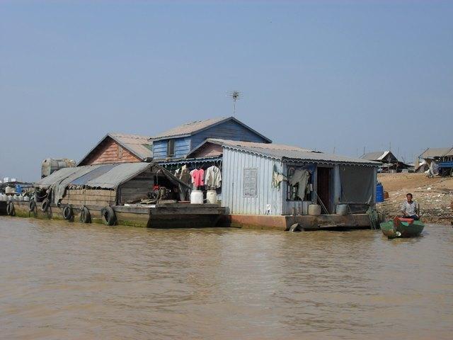 トンレサップ湖の生活感あふれる水上の家