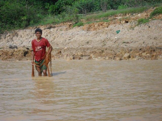 漁業をする現地のカンボジア人