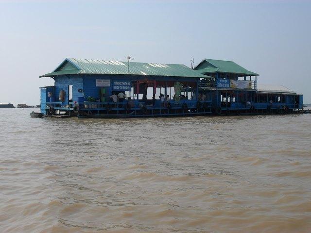 ベトナム語の看板のある水上の学校