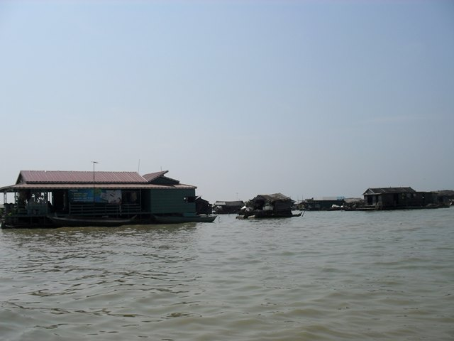 トンレサップ湖の水上に浮かぶ建物