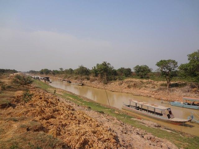 乾季のため水が少ないトンレサップ湖へ続く川