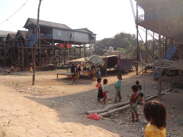 カンボジア・コンポンプルックの現地の子供たち