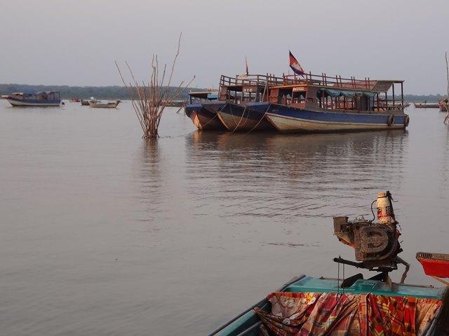 トンレサップ湖に浮かぶカンボジアの国旗の付いたボート