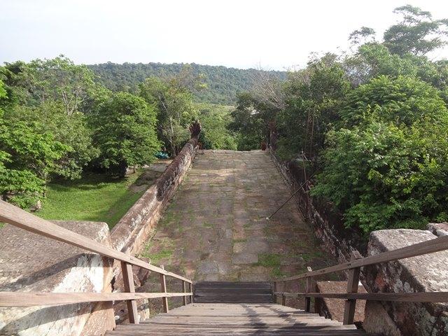 プレアヴィヒア遺跡のタイ側へ下りる階段