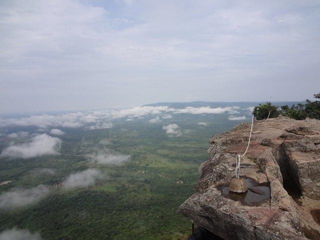 天空の遺跡プレアヴィヒアの絶景の断崖