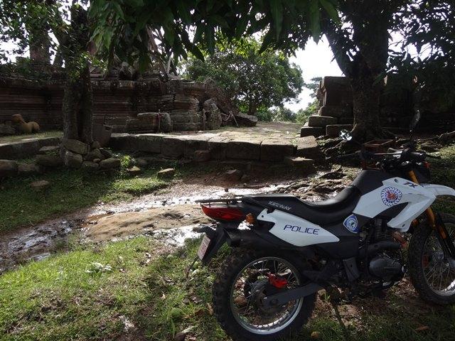 軍事衝突の名残りか多い警察のバイク