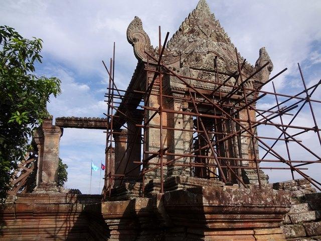 カンボジアの紙幣にも印刷されるプレアヴィヒアの第一塔門