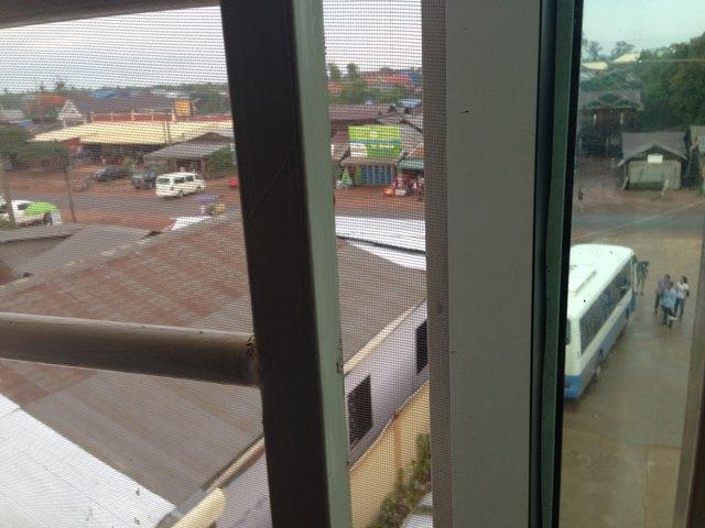 出発の朝、ゲストハウスの窓からバスが見える