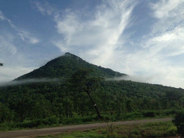 低く雲がかかっている山