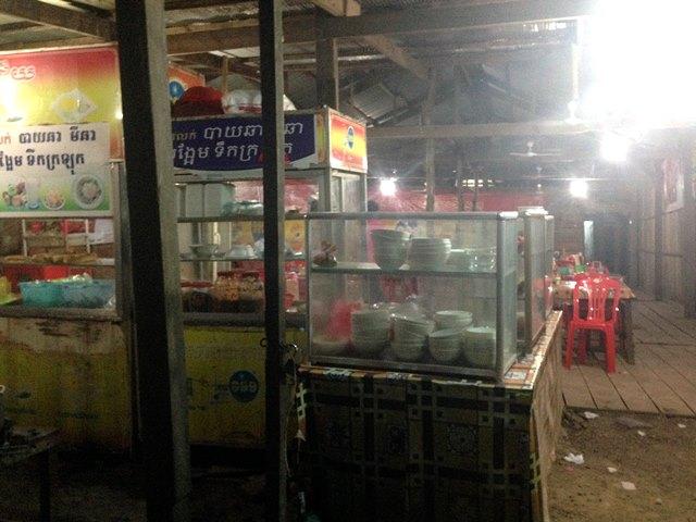 宿のすぐ隣の夜まで開いてる屋台レストラン