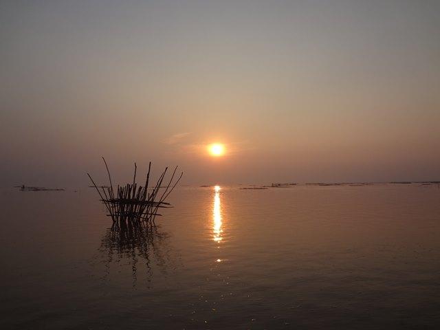現地コンポンプルックのツアーで見た水面へ沈む夕日