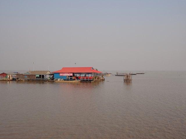 トンレサップ湖の水上に浮かぶ住居