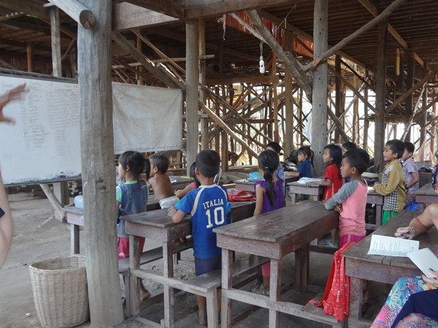 コンポンプルックにあった小さな小学校で学ぶ子供たち