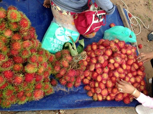 旬の果物が山積みにされるプラウ・ホクサップ