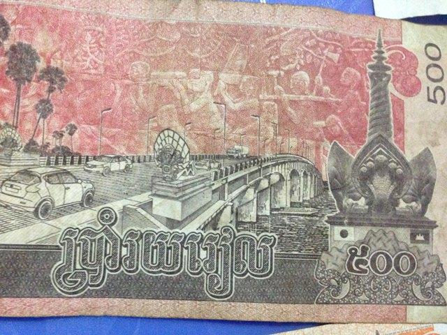 カンボジアの500リエル札には日本の国旗が印刷されている