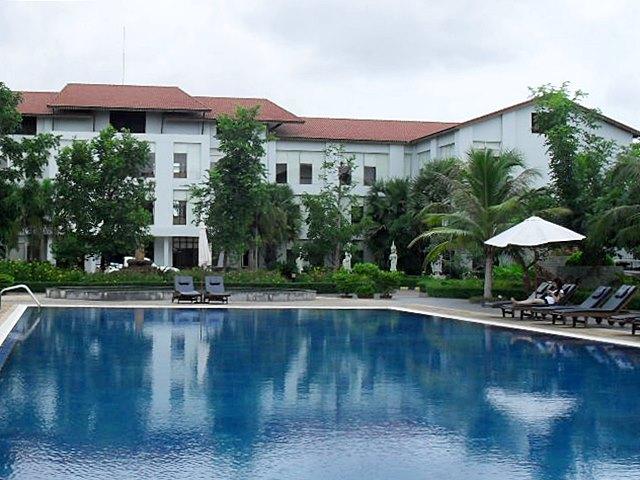 カンボジアの高級ホテルにはほとんど付いている大型プール