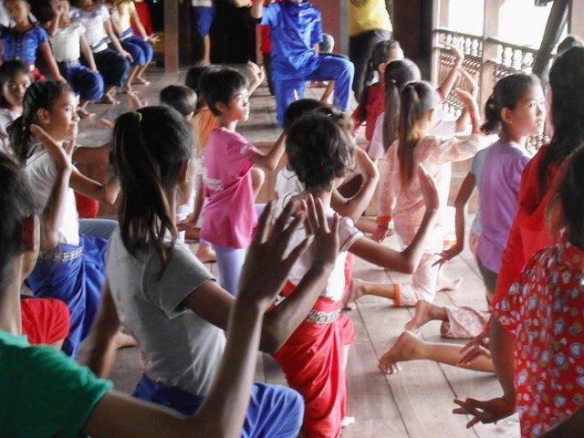 アプサラダンスの訓練をする子供たち
