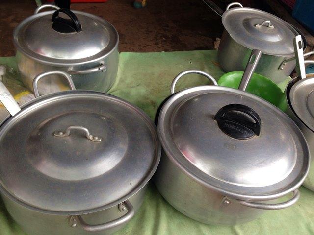 カンボジア料理がはいってる銀色の鍋