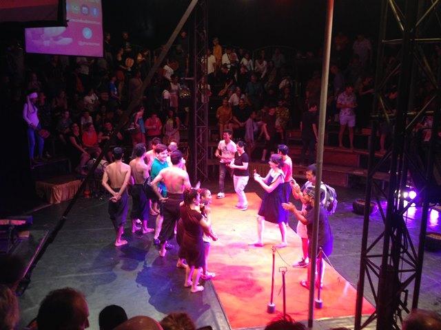 カンボジアサーカス・ファー終演後は演者の方々と記念撮影ができる