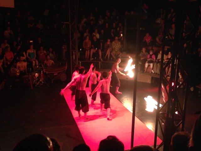 カンボジアサーカスのファーの火を使ったパフォーマンス
